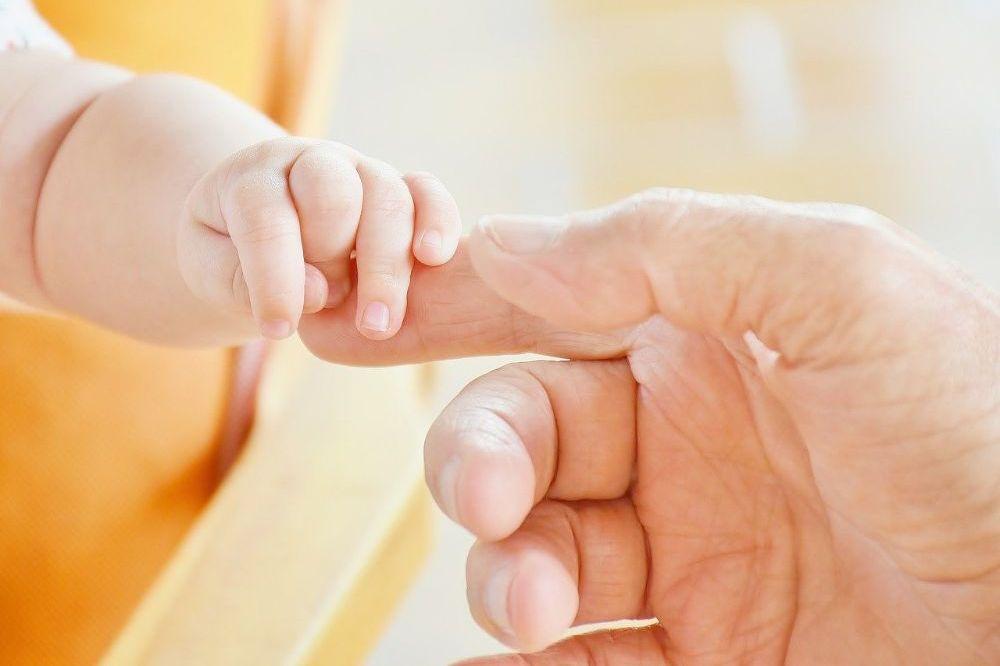 Een praatje slaan met pasgeborene